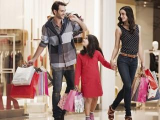 Выкупает товарные остатки одежды и обуви