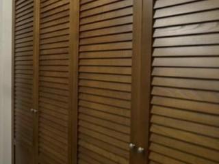 Двери жалюзные, решетчатые из массива дерева