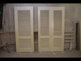 Решетчатые белые двери в квартиру.